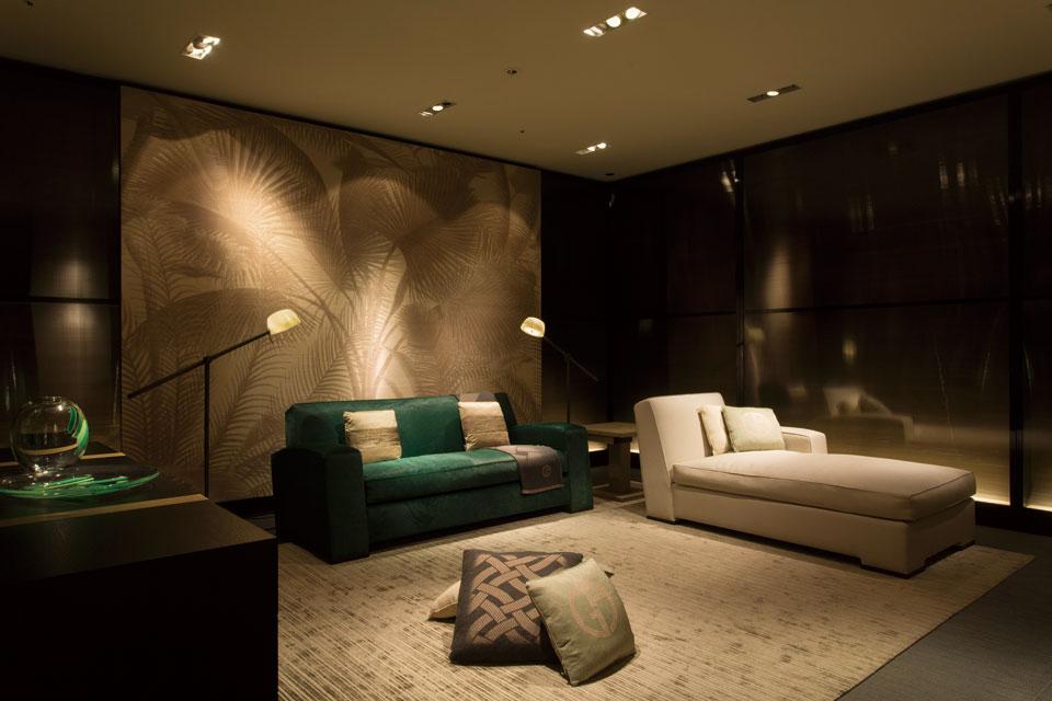 <center>家具、照明に壁紙まで、全てアルマーニの美学を表現した空間。<br>2015 年発表のソファ「HECTOR」に、 今期は新サイズ「シェーズラウンジ」が加わった。<br>タッチ式のリーディングランプ「JARED」のシェード は職人がひとつひとつ手作りしたムラノガラス製だ。<center>