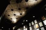 天井の高さを活かしたモザイクアート。幾何学模様を表現しラグジュアリーに演出曲線が入り乱れる植物の柄や繊細なグラデーションを美しく表現している