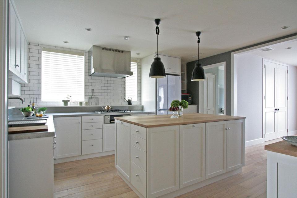 収納計画に重きを置いて提案した戸建ての「新築サポート」。オーナーが特にこだわったキッチンには、キャビネットを多く配し、収納がしやすい環境を考慮。