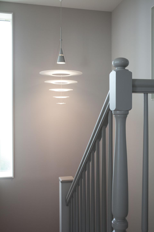 クラシカルなデザインとモダンなカラーを融合させた階段の手すり。空間に軽やかさを演出するデザインの照明が、洗練された印象を与える。このような細部への配慮も「FILE」が評価されるゆえん。