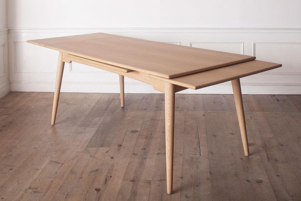 北欧家具との組み合わせのよさを考慮し、デザインしたエクステンションテーブル。1600mmから最大2400mmまで延び、パーティにも対応。素材はオーク、チーク、ウォルナットから選べる。