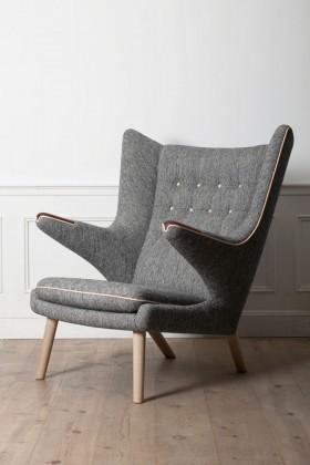 ハンス J.ウェグナーの代表作「ベアチェア」。包み込まれるような座り心地が特徴のイージーチェア。デザイン性豊かなフォルムが、空間のアクセントにもなる。