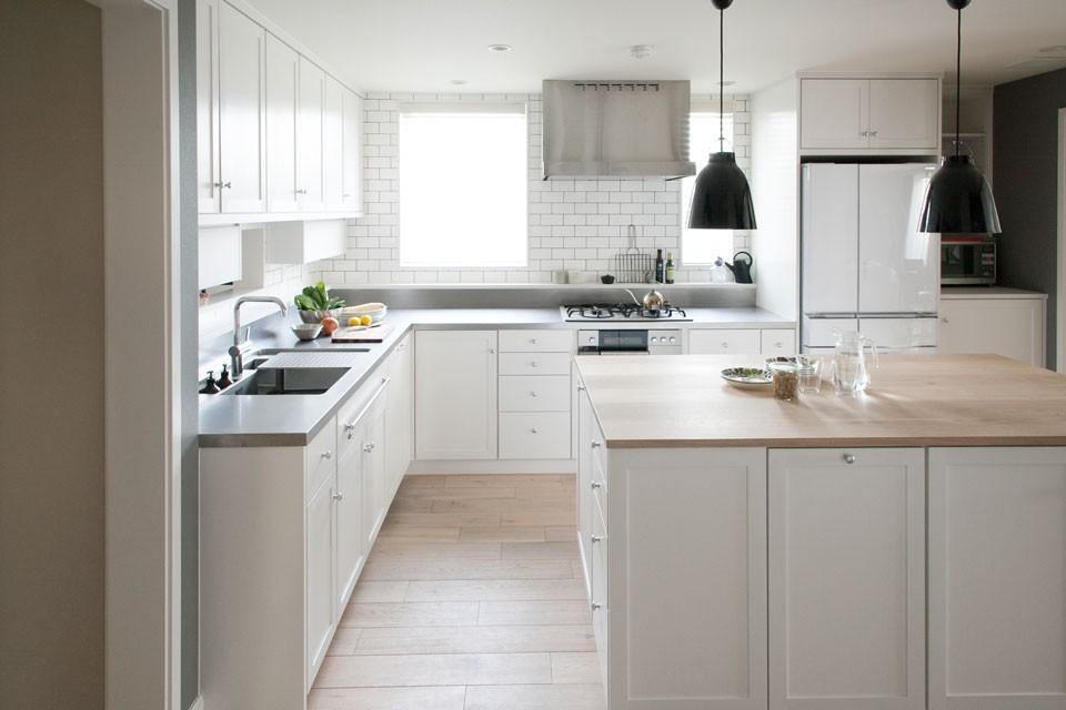 収納計画を重視してつくられたオーダーキッチン。モダン過ぎず、シンプル過ぎない、絶妙なバランスによるデザインがFILEの強み。