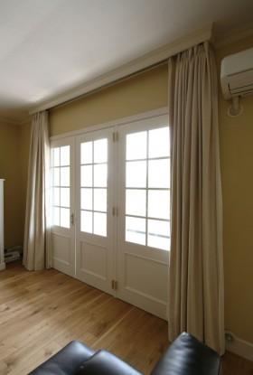 上品でクラシカルな印象を与えるデザインのドアは、リノベーションマンションのベランダに出る窓として取り付けたもの。すりガラスのためカーテンが不要で、常に自然光が差し込む心地いい空間。インナーサッシを入れているので結露もしにくい。