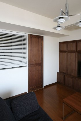 無垢材を用いたドアは、内側の4つ角をRのフォルムに仕上げ、優しく柔らかい印象に。ドアを空間におけるデザインのひとつとして捉えた一例。
