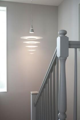 階段の手すりのデザインや照明のセレクトも、インテリアのイメージに合わせ形にしていく。