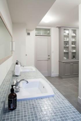 広さのある洗面ルームでは、空間美を追求するため、収納棚とドアの高さを揃えて一体化させることにこだわった。既製品では叶えられない理想の形をゼロから生み出していく。