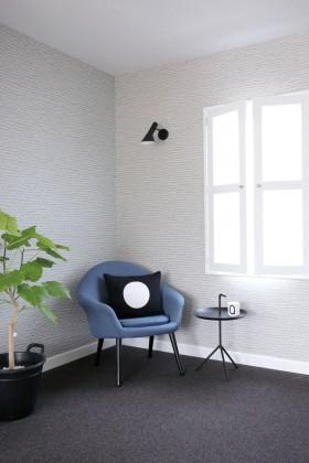 4畳半の和室をリノベーション。デザイナーズギルドの洗練された壁紙と、スタイリッシュな間接照明に癒される空間で、自分だけの上質な時間を過ごすことができる。