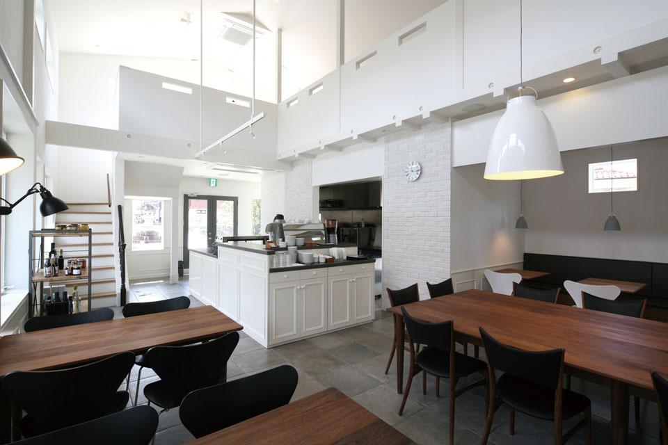 京都のカフェ&デリ「Grand Plie」の設計からデザインまで担当。高い天井と吹き抜けの開放的な空間を生かし、FILEオリジナル家具や北欧家具をコーディネート。過ごす人に良質で落ち着いたひと時を提供。