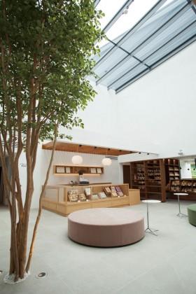 """京都で150年以上の歴史をもつ和菓子店「伊藤軒」。""""コーヒーに合う和菓子""""をコンセプトに、和のテイストが強過ぎず、洋風の要素も取り入れている。無垢材のテーブルや、北欧の名作チェアを取り入れることで、老舗が伝承する本質と革新を表現。"""