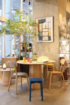 日本発の注目ブランドKARIMOKU NEW STANDARD。世界にも認められたその革新的なデザインは、日々の暮らしに自然と溶け込む素朴さも感じさせる。