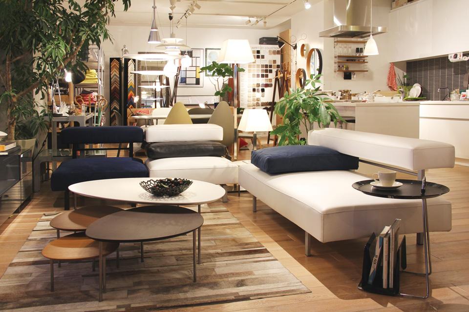 1階はダイニングセットやキッチンツール・食器など、2階はソファをはじめ空間づくりのヒントとなるアイテムが集まる。