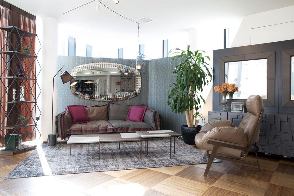 「souks」、「mohly shop」が正規代理店を務めるイタリアのモダン家具ブランド「cattelan italia」。絶妙な色合いが印象的な「arketipo」のソファは(写真上)クッション部分がリバーシブル仕様になっており、革や布など200種類以上の生地から組み合わせが可能。