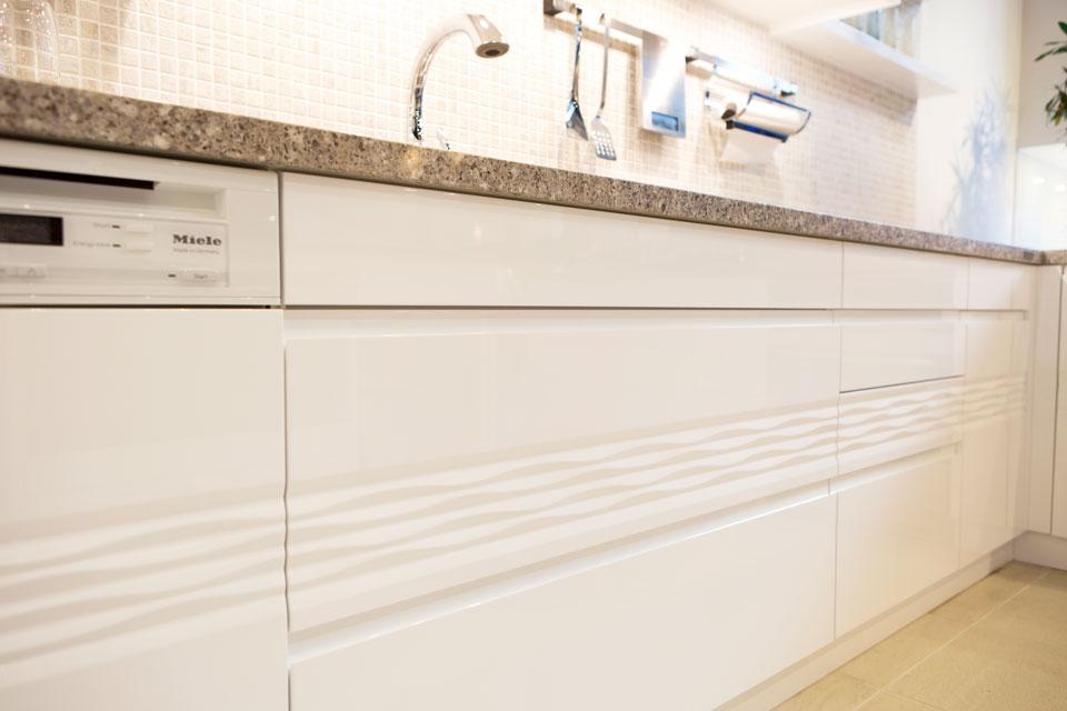 打ち寄せる波をイメージした扉のデザイン「WAVE」。 柄に連続性を持たせる技術は、まさに家具屋ならでは。