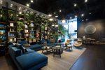 .約250㎡のスペースをもつ1階フロアは、ギャラリースペースとラウン ジを併設。くつろぎながらスタイリッシュな家具を堪能できる。インテリア デザインは、設計建築事務所ikg inc.が担当。
