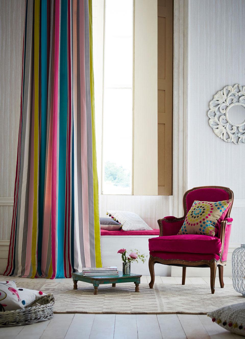 発色の美しい大胆なストライプのカーテン。インテリアの随所に赤を散りばめて、ドラマチックな空間を表現している。クッションや椅子の張り地の制作をオーダーすることもできる。