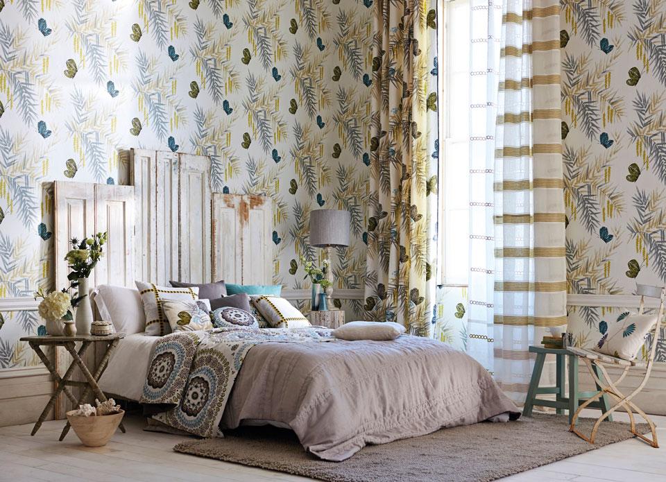独創的な模様、カラー、そして高いプリント技術のテキスタイルにより、トータルハーモニーが美しいベッドルームに仕上げることができる。左右アシンメトリーなカーテンが、インテリアのスパイスに。