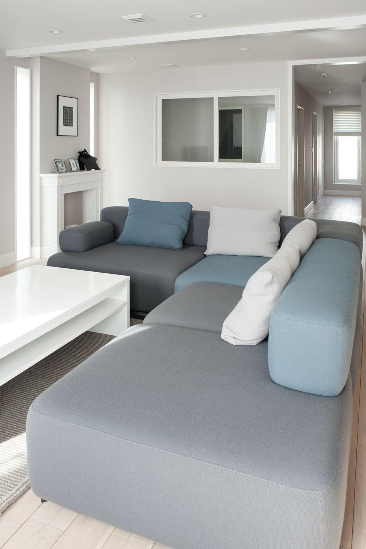グレーを基調にした空間に合わせ、フリッツ・ハンセンのソファでコーディネート。リビングで最もこだわったのはマントルピース。「FILE」がディテールをデザインし、特別に制作したもの。